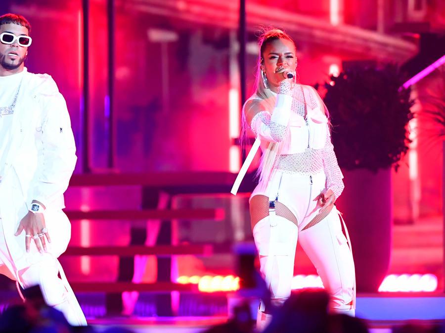 Anuel y Karol G cantando en los Premios Billboard 2019
