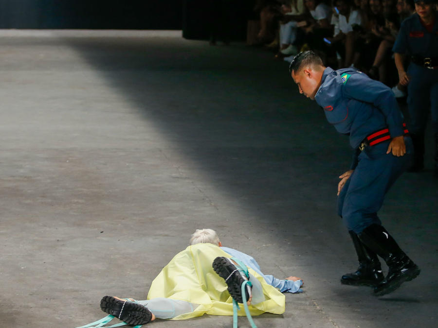 Modelo muerto en la Sao Paulo Fashion Week