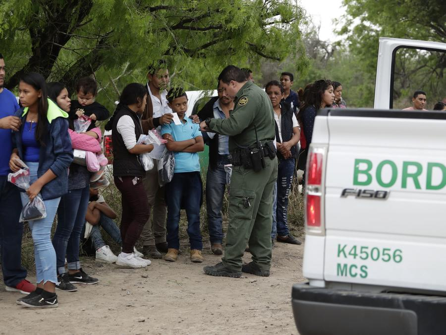 Fotografía de archivo de un grupo de migrantes detenidos por la Patrulla Fronteriza