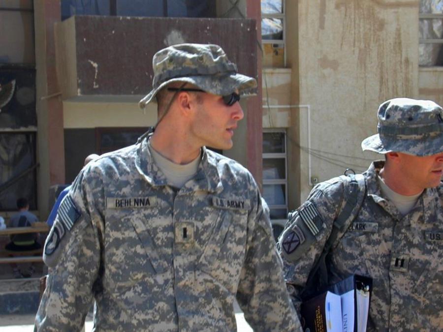 Foto de archivo del teniente primero Michael C. Behenna, a la izquierda, y su abogado defensor, el capitán Tom Clark, a la derecha, en Camp Speicher, una gran base estadounidense cerca de Tikrit, al norte de Bagdad, Irak.