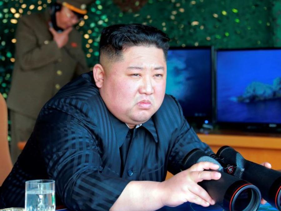 Este sábado 4 de mayo de 2019, el líder norcoreano Kim Jong Un observa pruebas de diferentes sistemas de armas en Corea del Norte.