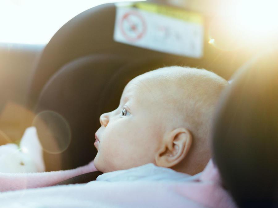 Bebé en el asiento del auto