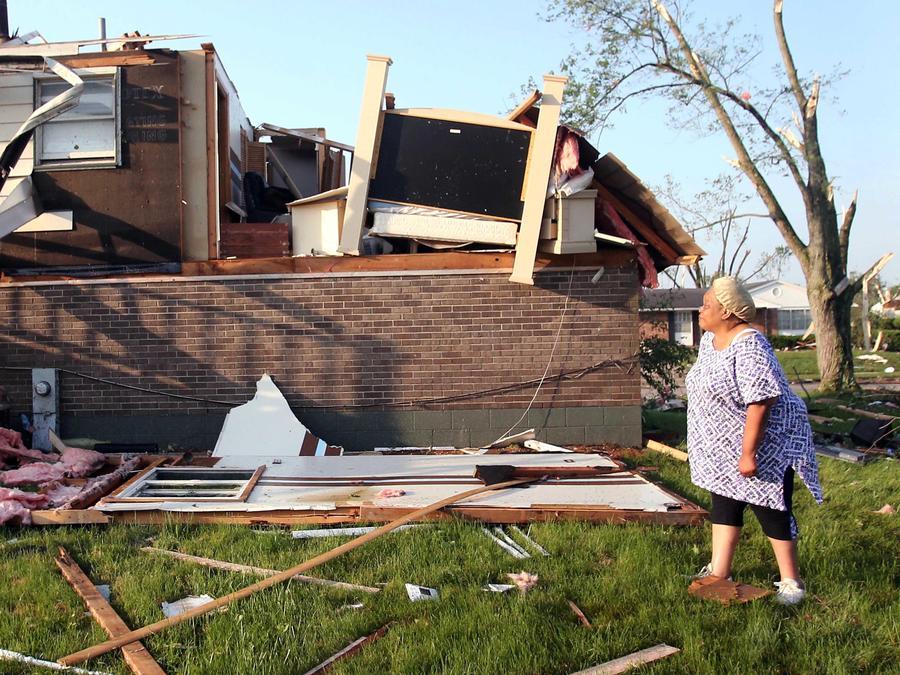 Deletha Shepard observa los daños a su hogar tras un tornado en Trotwood, Ohio