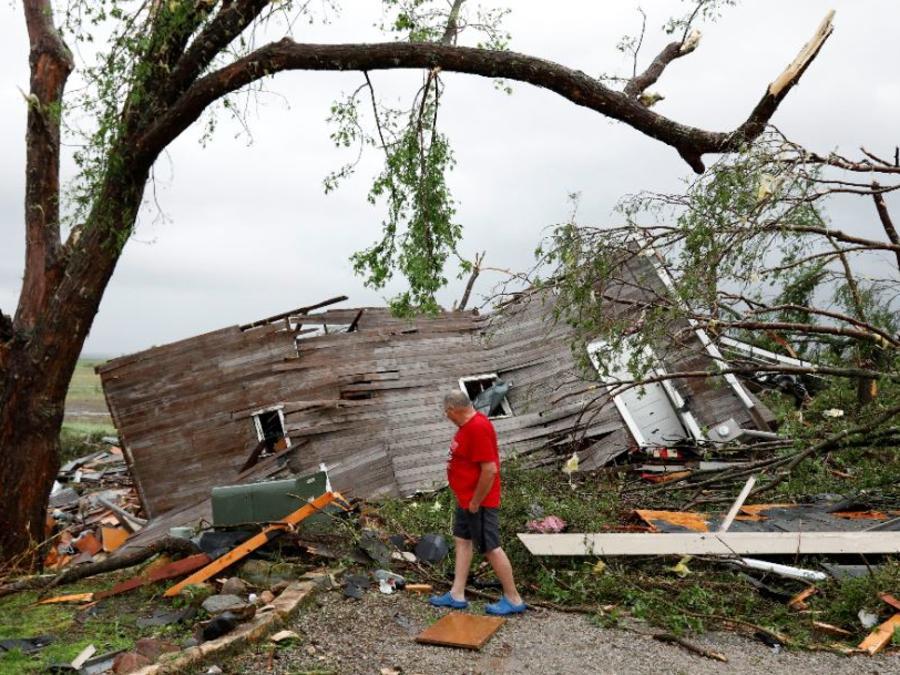 Joe Armison y su granero destruido tras el azote de un tornado este martes a las afueras de Eudora, Kansas.