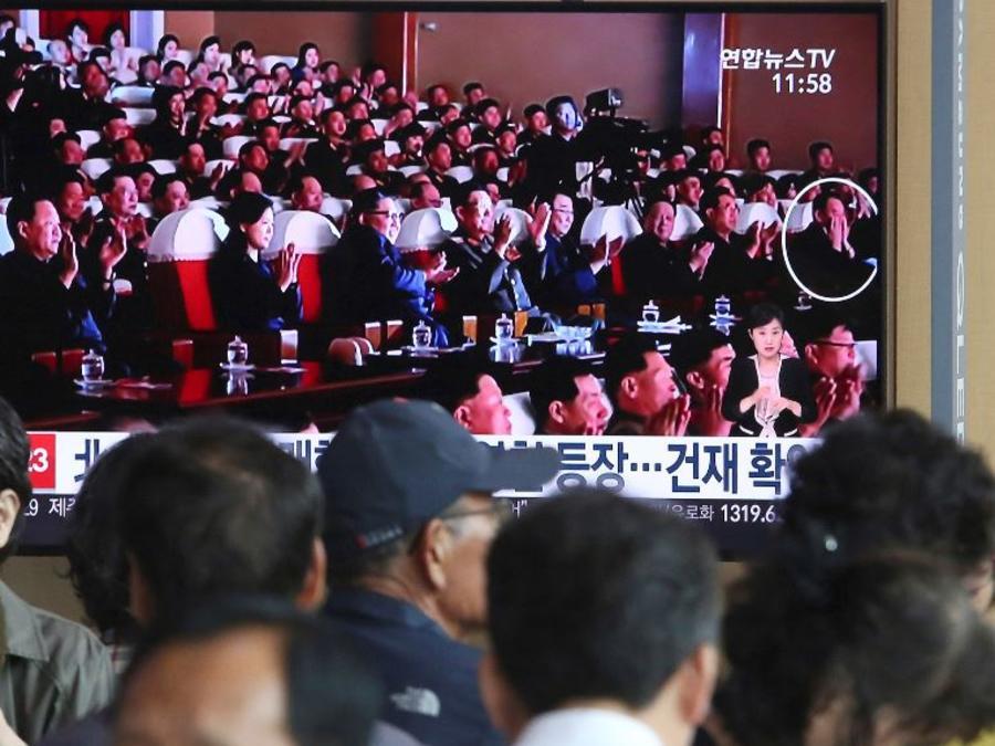 Una pantalla de televisión muestra al líder norcoreano, tercero por la izquierda, y al oficial norcoreano, Kim Yong Chol, derecha, en una actuación musical durante un programa de noticias.