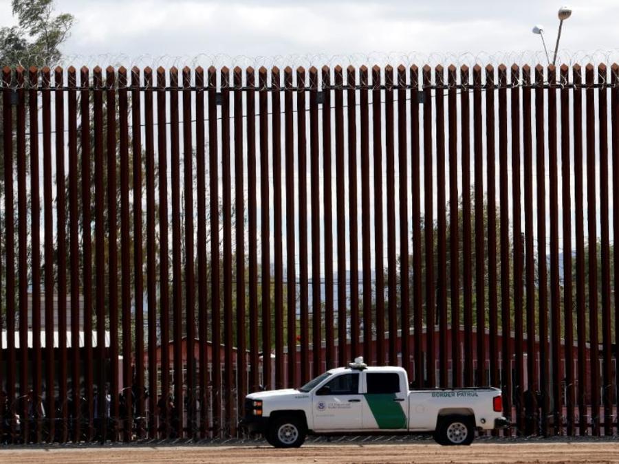 Foto de archivo del 5 de abril de 2019, un vehículo de la Oficina de Aduanas y Protección Fronteriza cerca del muro durante una visita de Trump a una nueva sección del muro fronterizo con México en El Centro, California.