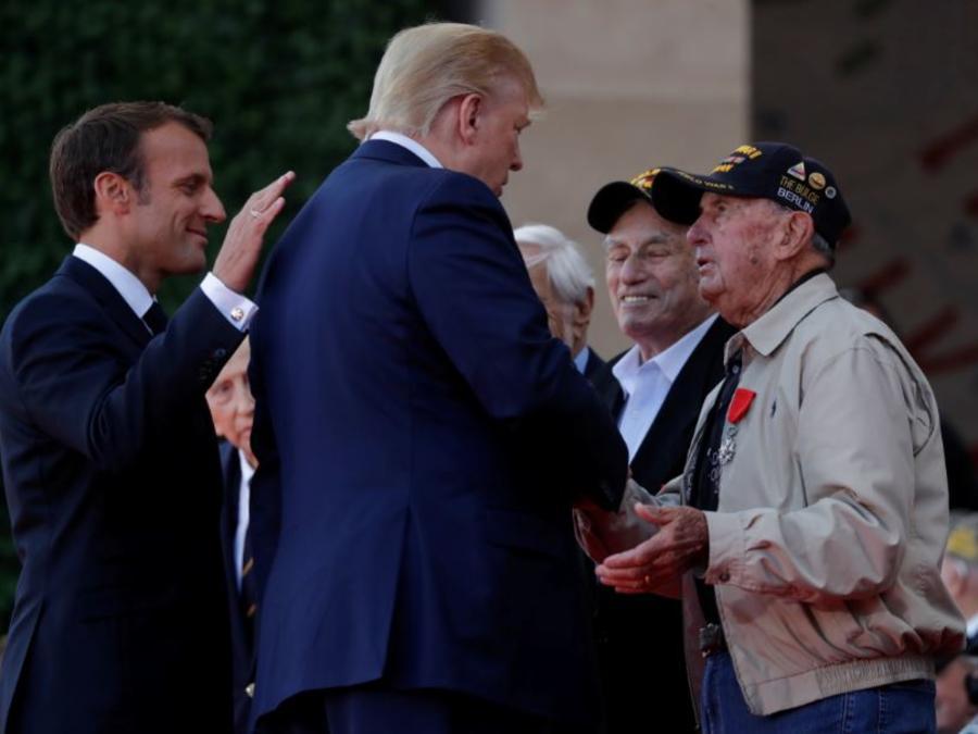 El presidente francés, Emmanuel Macron, y el presidente de Estados Unidos, Donald Trump, saludan a los veteranos de la Segunda Guerra Mundial en la ceremonia de conmemoración del 75 aniversario del Día D.