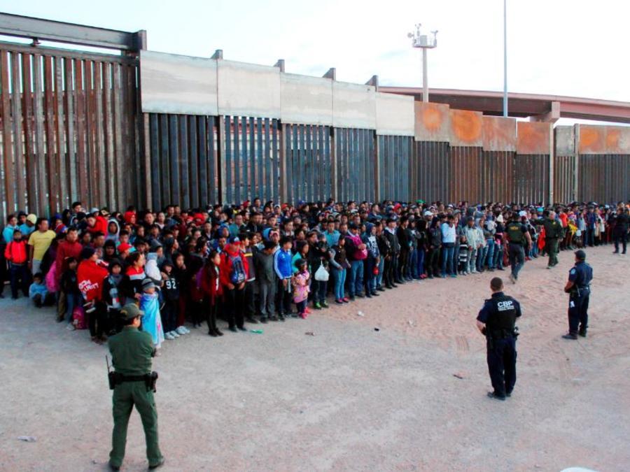 Foto del 29 de mayo de 2019, un grupo de 1,036 migrantes tras cruzar la frontera en El Paso, Texas, según la Patrulla Fronteriza la más grande que ha encontrado.