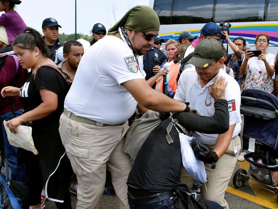 Agentes de la Guardia Nacional de México intentan detener paso de caravana de migrantes en una imagen del 5 de junio de este año