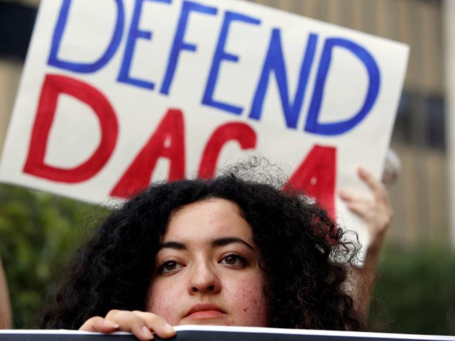 Una estudiante de la Universidad Loyola Marymount y soñadora se manifiesta en apoyo de la Acción Diferida para los Llegados en la Infancia en Los Ángeles en 2017.