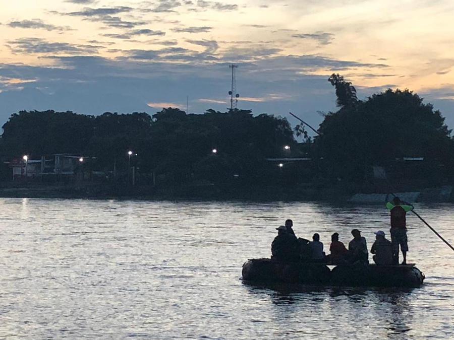 Migrantes cruzan el río Suchiate para ingresar en territorio mexicano