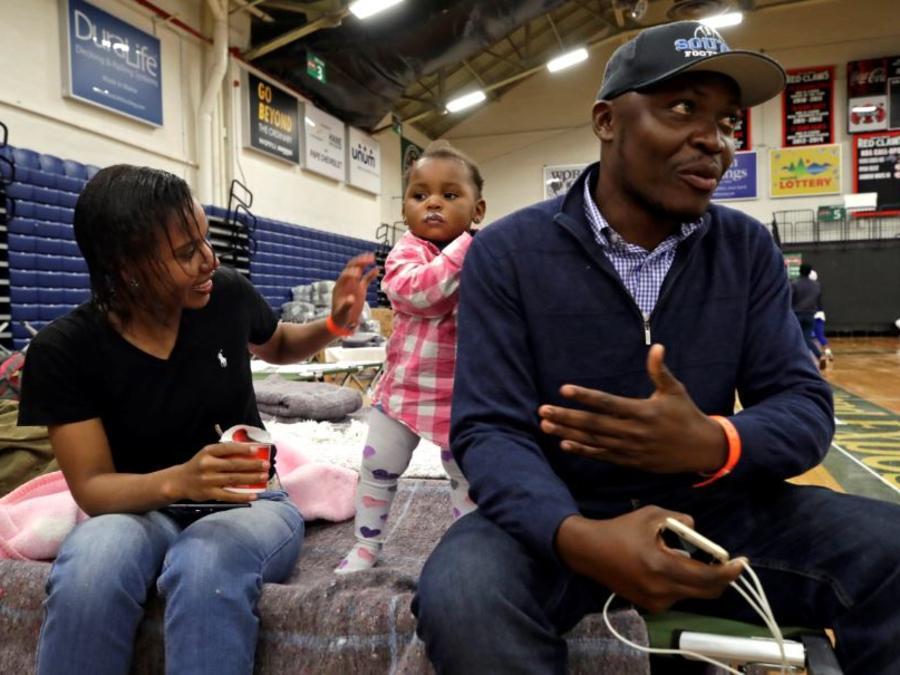 En esta foto del 13 de junio de 2019, una familia migrante africana en un refugio temporal en el Centro de Exposiciones de Portland, Maine.