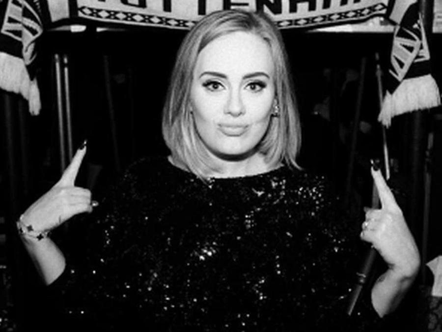 Adele con vestido negro