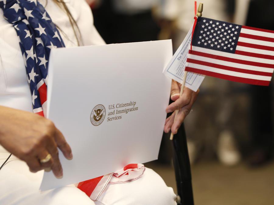 Imagen de archivo de los documentos de ciudadanía y la bandera de Estados Unidos