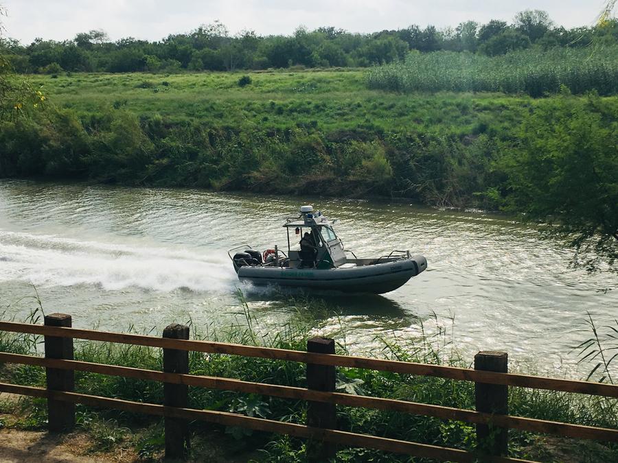 Fotografía de una embarcación de la Patrulla Fronteriza en el Río Grande, en la frontera con México.