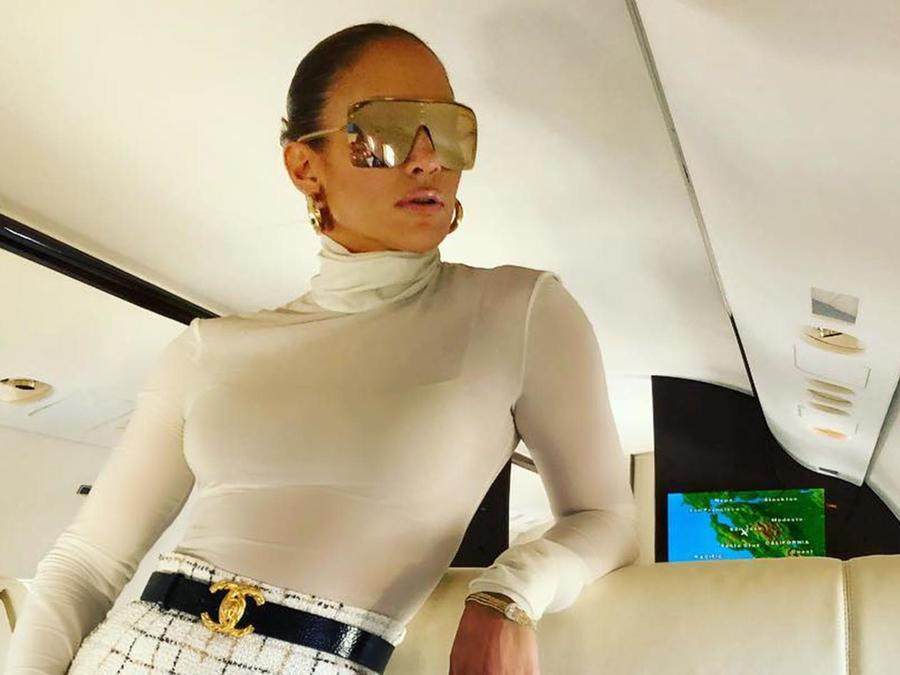 Jlo viajando en un avión privado