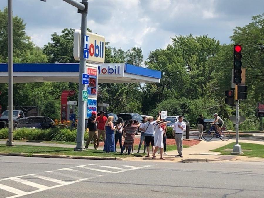Una protesta este miércoles frente a la gasolinera donde se produjo este episodio discriminatorio en Naperville, Illinois.