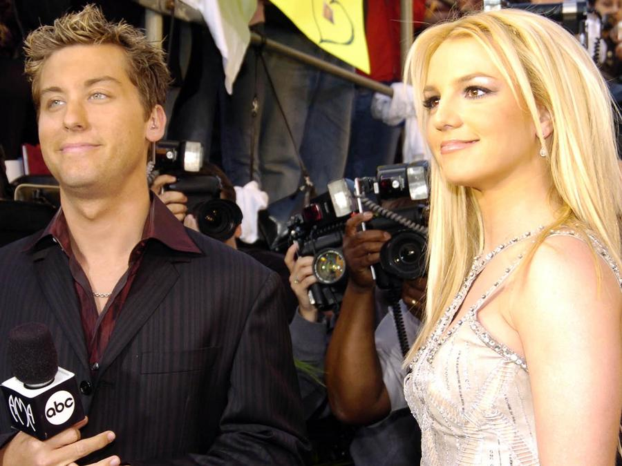 Lance Bass y Britney Spears durante la ceremonia  de American Music Awards 31