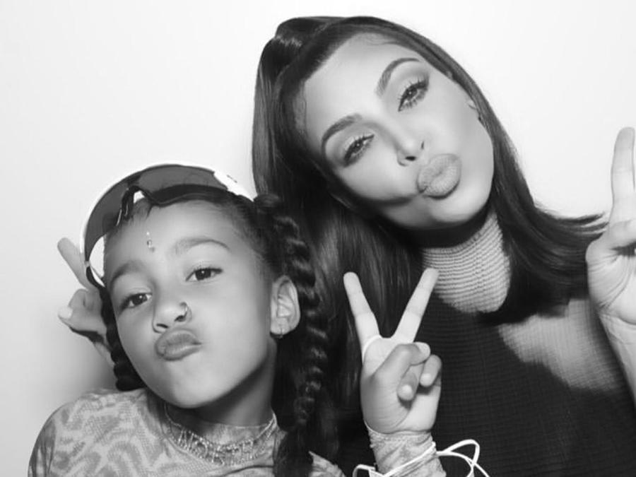 North West y Kim Kardashian posan para una foto