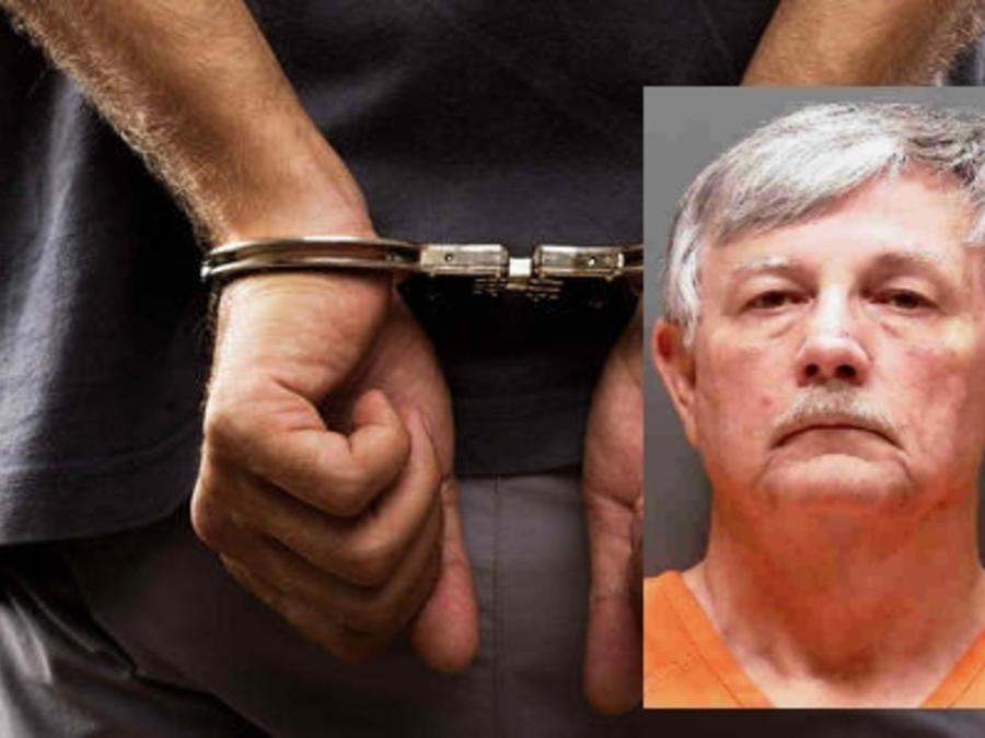 Charles Andrews, de 66 años, acusado de 500 delitos de posesión de pornografía infantil y tres cargos por no cumplir con los requisitos de delincuentes sexuales.