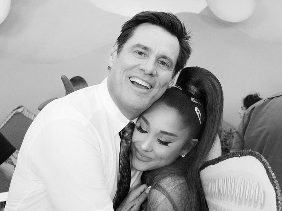 Jim Carrey y Ariana Grande abrazados