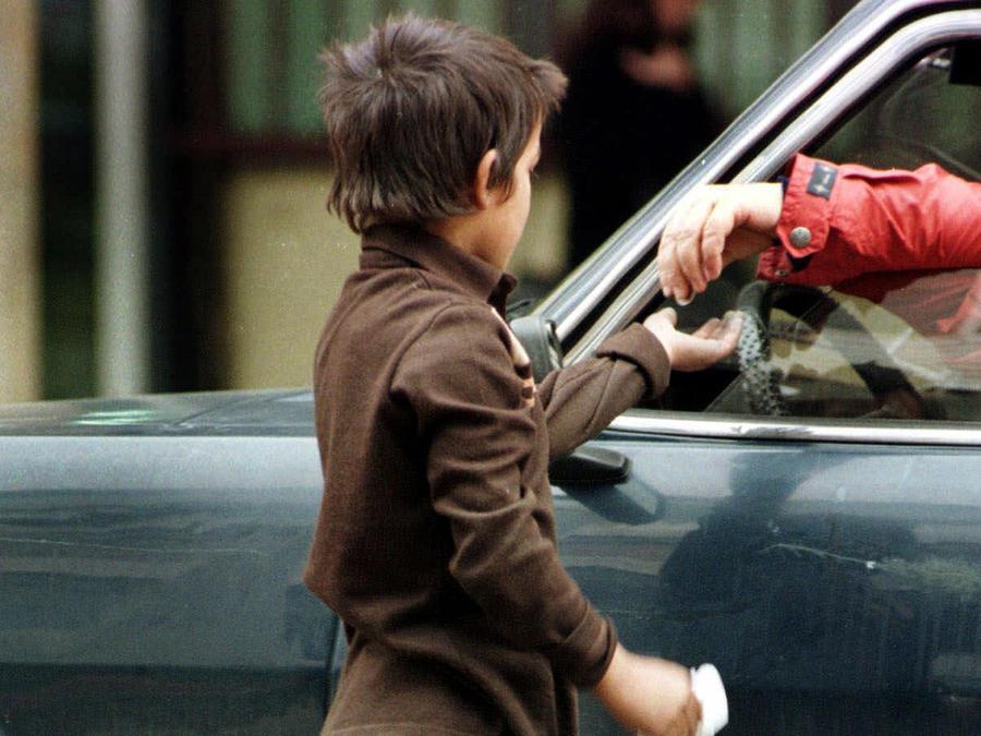 Un niño recibe dinero en la calle en una imagen de archivo