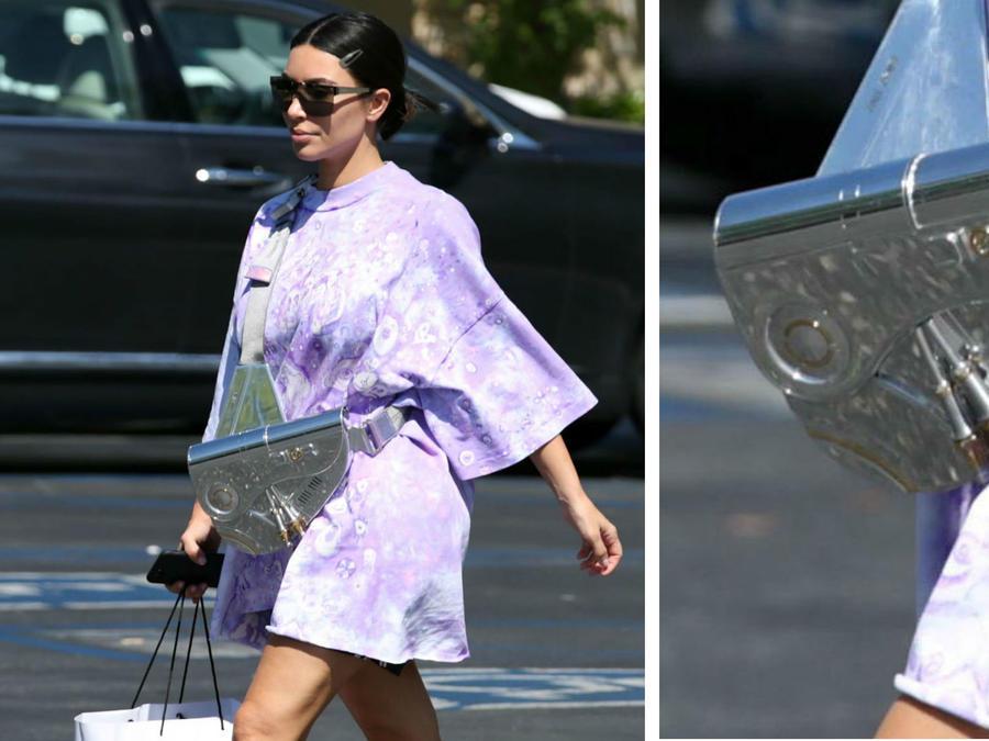 Kim Kardashian usando una bolsa de US$35,000