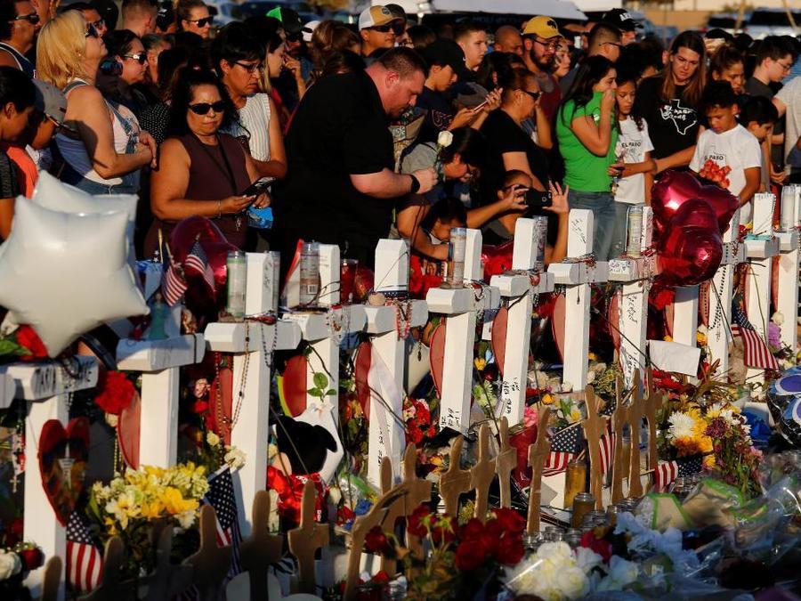 Ciudadanos rinden homenaje a las víctimas de la masacre de El Paso