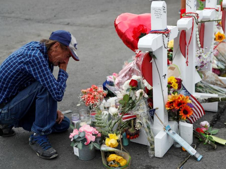 Antonio Basco el 6 de agosto de 2019 en un memorial improvisado tras el tiroteo masivo en El Paso, Texas.