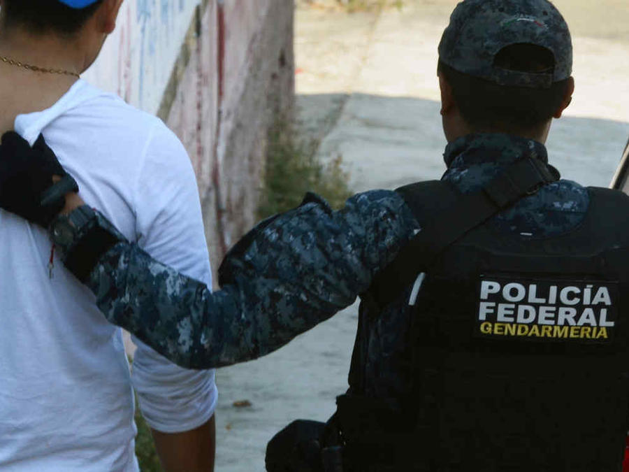 Policía Federal de México traslada a un detenido en una imagen de archivo.