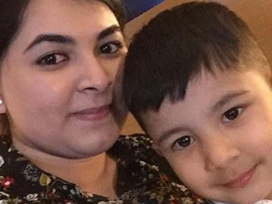 Sahrish Idris con su hijo