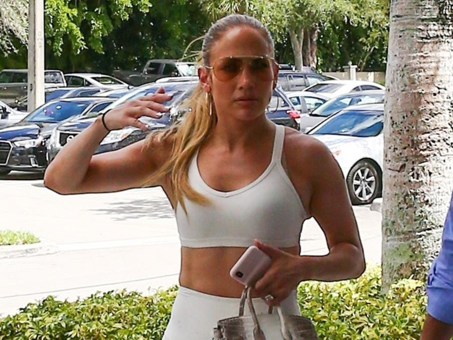 Jennifer Lopez con crop top blanco