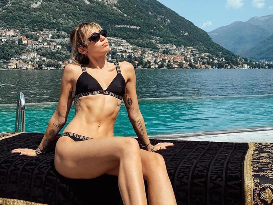 Miley Cyrus posa en un yate en Italia