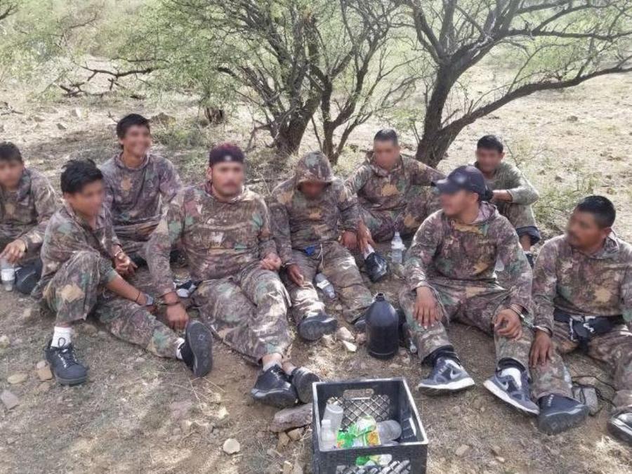 Fotografía de un grupo de indocumentados con camuflaje que contrabandeaban marihuana en la frontera