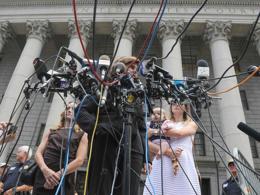 Una treintena de víctimas del multimillonario Epstein declararon hoy ante una corte de NYC