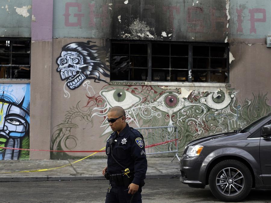 Fotografía de una bodega en Oakland, California, conocida como el Barco fantasma