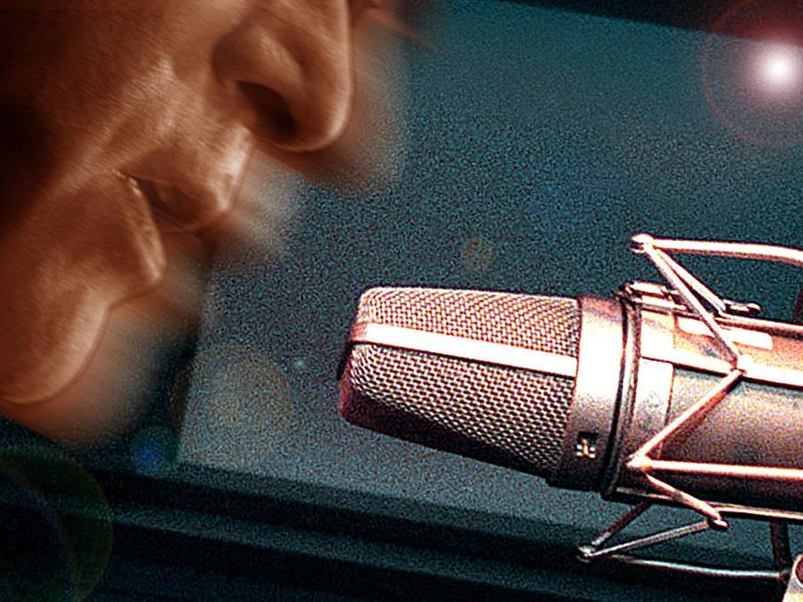 Ilustración genérica de un hombre cantando con un micrófono
