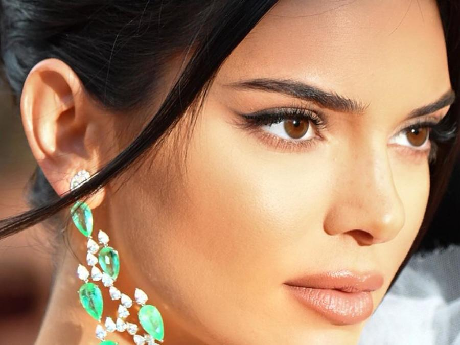 Kendall Jenner mira de perfil para una foto