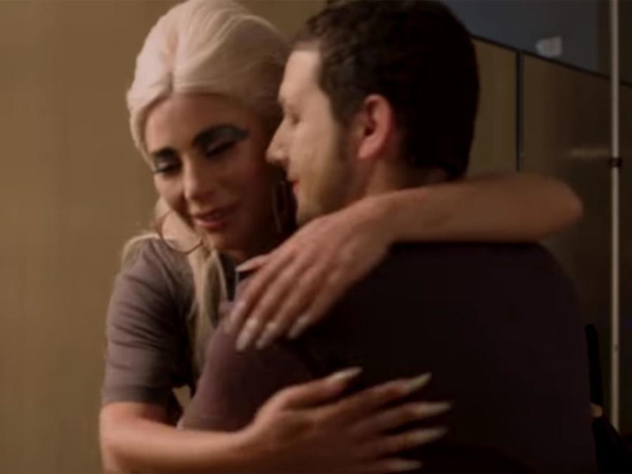Lady Gaga abrazando a su fan Brandon Galaz