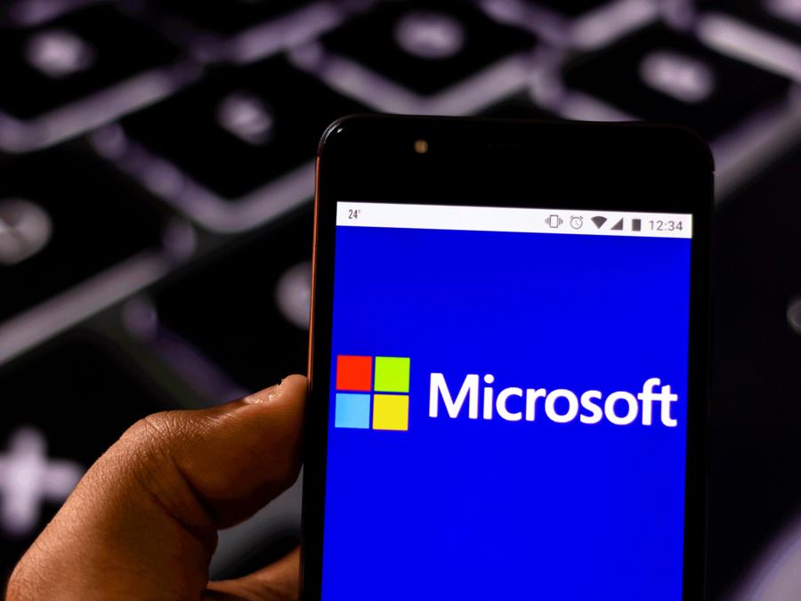 El logo de Microsoft en un smartphone.