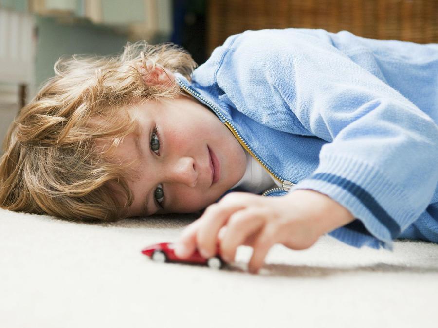 Niño jugando en el piso