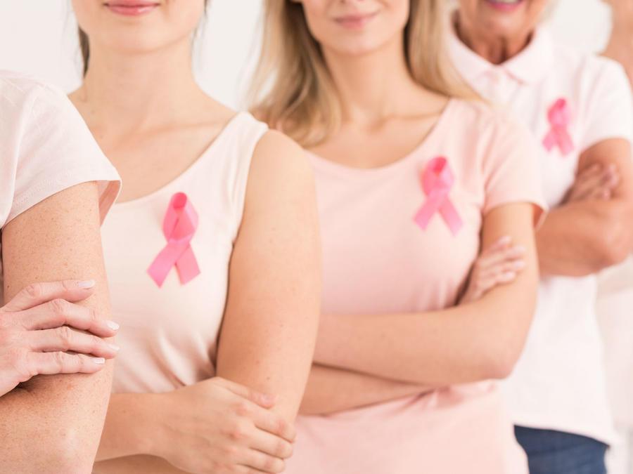 Mujeres con playera rosa