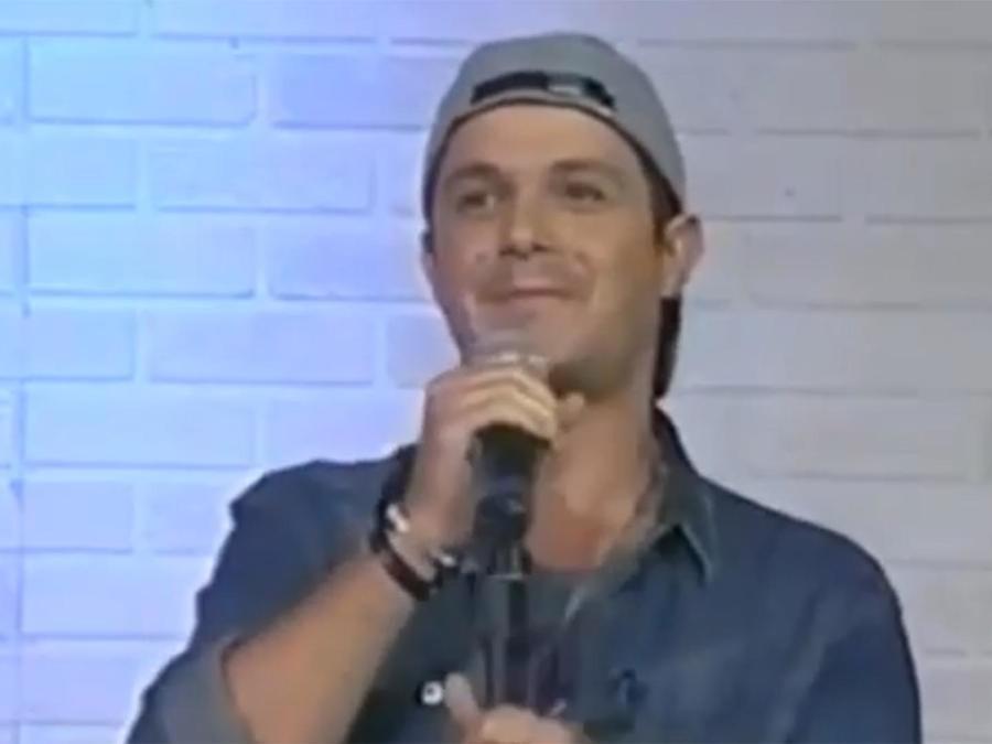 Alejandro Sanz contando un chiste