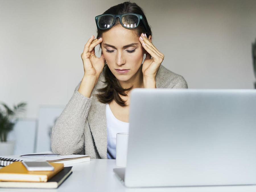 Mujer estresada frente al computador