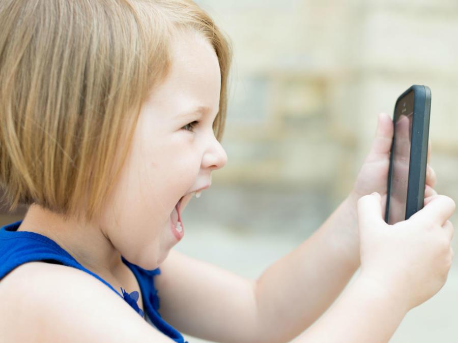 Niña jugando con un celular
