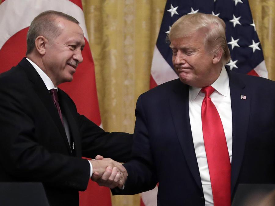 El presidente, Donald Trump (der.), estrecha la mano del presidente turco, Recep Tayyip Erdogan