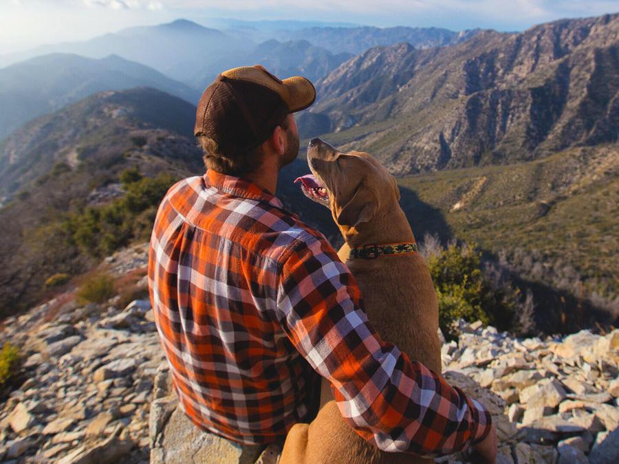 Hombre de paseo con su perro