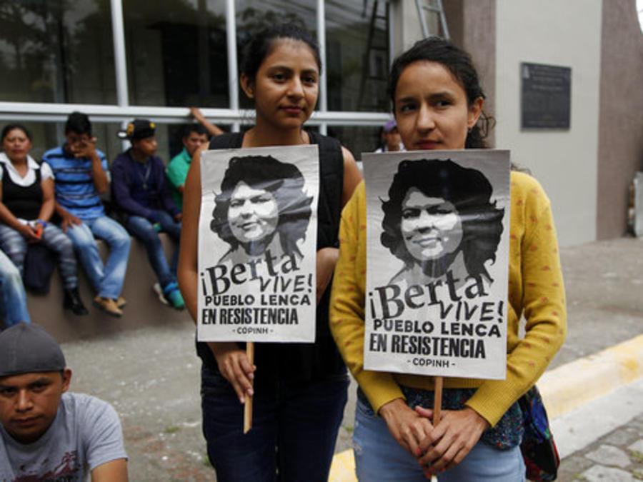 Las hijas de Berta Cáceres, Laura (izquierda) y Berta Zúñiga el 15 de octubre de 2018