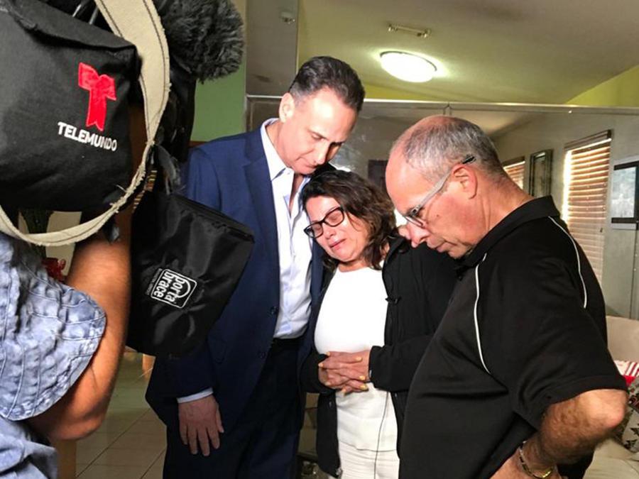 De izquierda a derecha, José Díaz Balart, presentador de Noticias Telemundo, Luz Apolinario, madre de Ordoñez, y Joe Merino, padrastro de Ordoñez