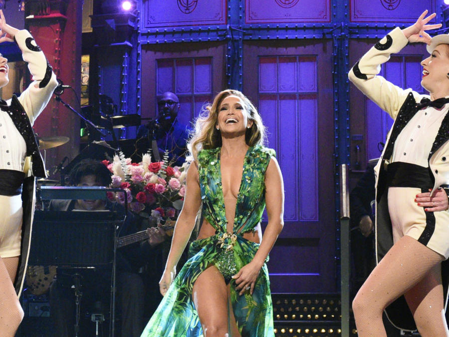 Jennifer Lopez con su vestido Versace en Saturday Night Live